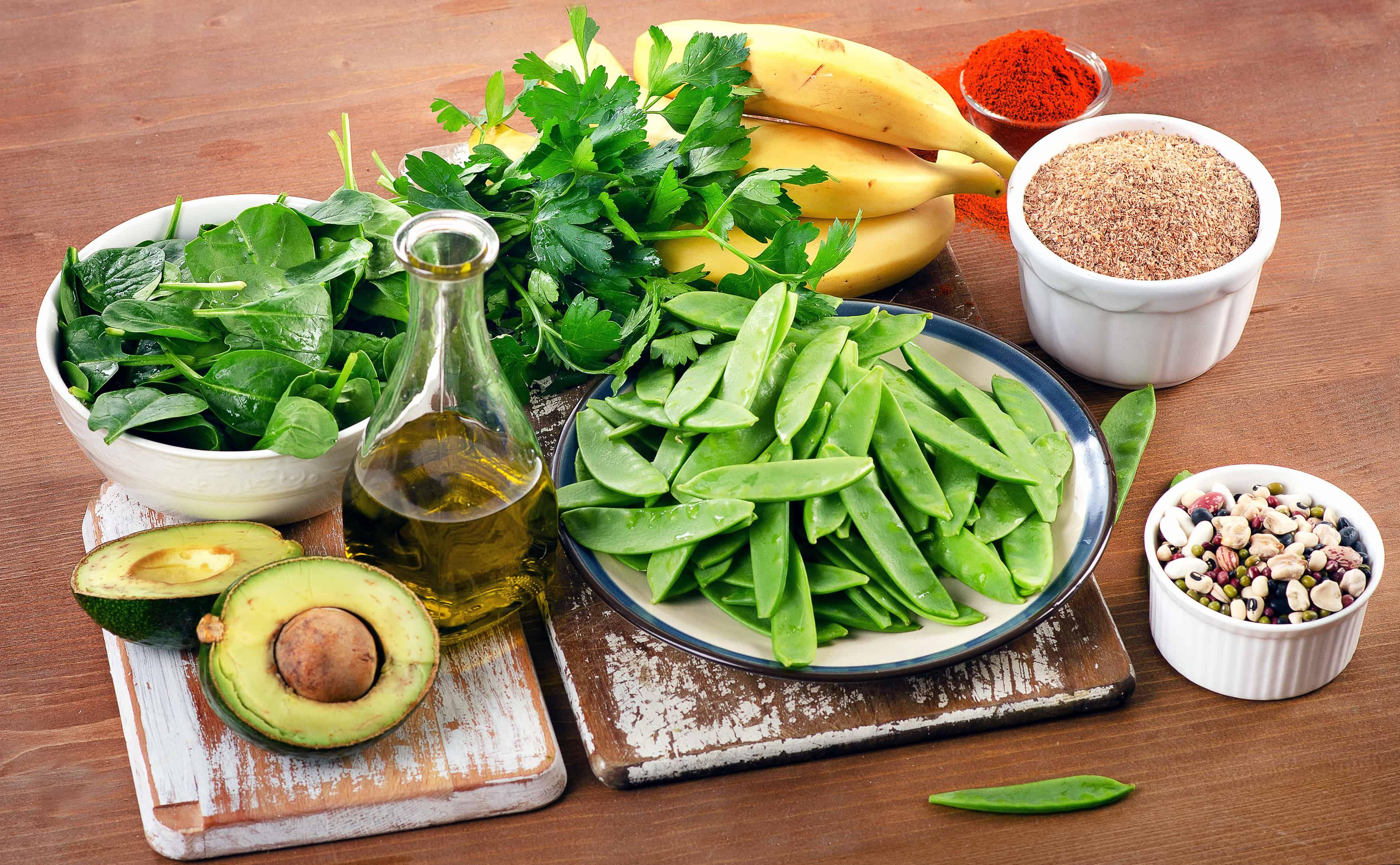 Vitamin K Lebensmittel mit hohem Vitamin K Gehalt in pflanzlichen Lebensmitteln in tierischen und fermentierten Lebensmitteln bioverfügbar Nahrungsergänzung getrockneten Kräutern und Gewürzen Petersilie Schnittlauch Fermentierung Bakterien fettlöslich